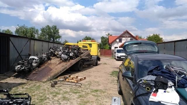 Policjanci zabezpieczyli m.in. części od siedemnastu pojazdów oraz cztery samochody francuskich marek