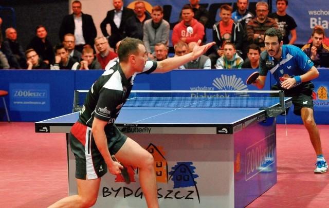 Pojedynek Pawła Chmiela (pierwszy plan) z Mihai Bobocicą, choć składał się z czterech setów, trwał 40 minut. Ale ani przez moment kibice w hali przy ul. Bronikowskiego nie nudzili się.