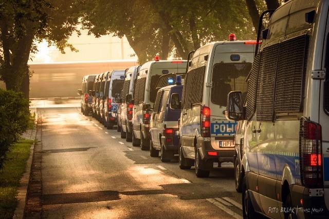 W związku z zabezpieczeniem Światowych Dni Młodzieży Szkoła Policji w Katowicach zapewniła zaplecze dla stacjonowania sił wsparcia. W tym okresie na terenie szkoły przebywało 796 policjantów z siedmiu garnizonów. Skoro świt, a czasami w nocy Policjanci wyjeżdżali w okolice Krakowa oraz Częstochowy w celu zabezpieczenia ŚDM. Kilka takich wyjazdów udało mi się uchwycić.