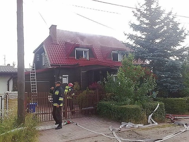 Strażacy ciągle gaszą dom