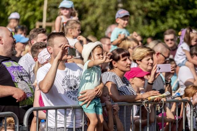Niedziela to drugi dzień festiwalu LuxFest, który odbywa się w ramach cyklu #NaFalach. Bezpłatny koncert Arki Noego przyciągnął tłumy, na którym świetnie bawiły się nie tylko dzieci, ale także ich rodzice. Zobacz zdjęcia z koncertu ---->