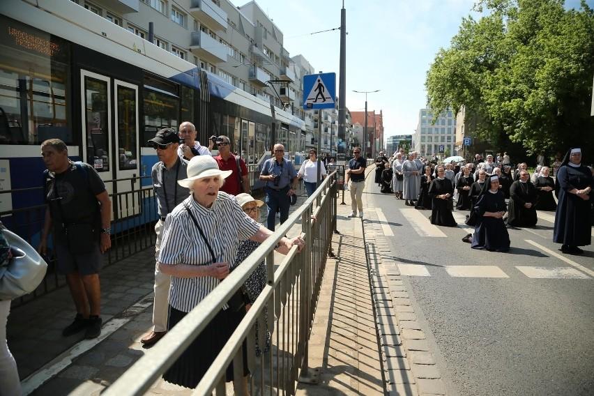 Na kolanach na przystanku MPK. Modlili się o stan torowisk? (ZDJĘCIA)