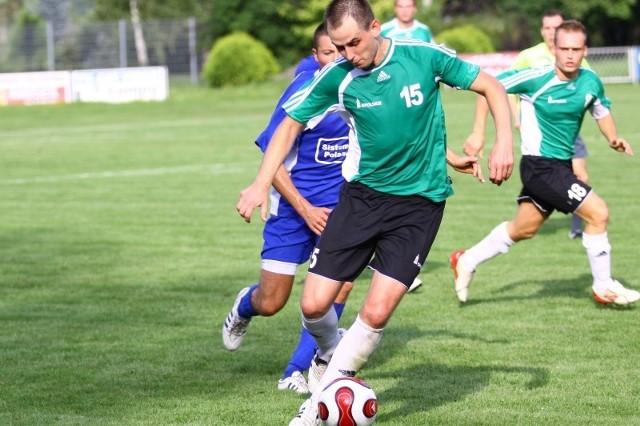 Pomocnik Radosław Dembiński jest jednym z najbardziej doświadczonych piłkarzy Victorii i liderem środka pola.