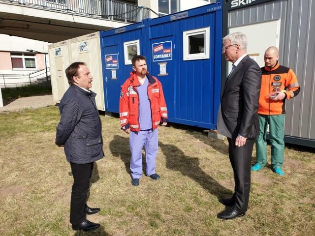 W poniedziałek prezydent Jacek Jaśkowiak pojechał do szpitala przy Szwajcarskiej. Oglądał kontenery - izolatki.