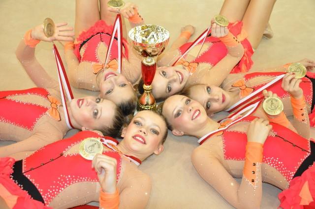 Złoty zespół juniorek Błękitnej, które okazały się najlepsze w układzie z 5. piłkami.