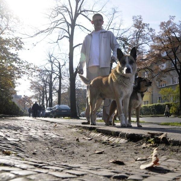 - Chodnik przy Katowickiej trzeba wreszcie wyremontować. Nie dość, że jest nierówny, to jeszcze każda płyta z innej parafii - mówi Sebastian Wylegała z Opola.