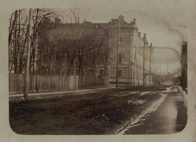 Gmach gimnazjum żeńskiego, po którego elewacji wspinał się w 1931 roku Człowiek Mucha