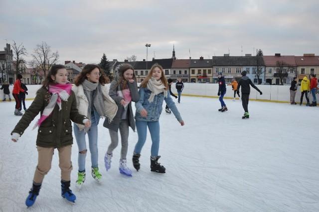 Miejskie lodowisko na Nowym Rynku w Łowiczu cieszy się dużym powodzeniem wśród młodzieży
