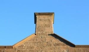 Niska emisja - to spaliny, które wydobywają się z niskich kominów, głównie 10 - 20 metrowych, czyli z domów jednorodzinnych, kamienic i małych kotłowni.  Fot. scx.