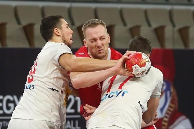 Awans do następnej rundy da polskim szczypiornistom remis lub wygrana nad Brazylią, ale także wygrana lub remis Hiszpanii z Tunezją. Na zdjęciu z piłką Rafał Przybylski.