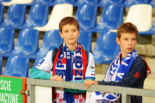 Kibice Podbeskidzie i GKS Tychy na meczu tych drużyn w Bielsku-Białej  Zobacz kolejne zdjęcia. Przesuwaj zdjęcia w prawo - naciśnij strzałkę lub przycisk NASTĘPNE
