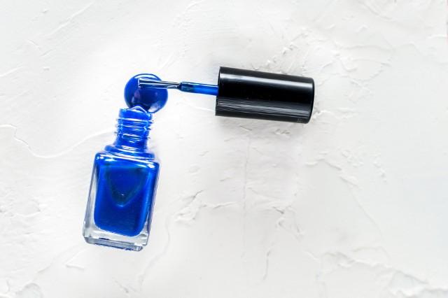 Nie wyrzucaj starego lakieru do paznokci! Zastosuj go w różnych awaryjnych sytuacjach.