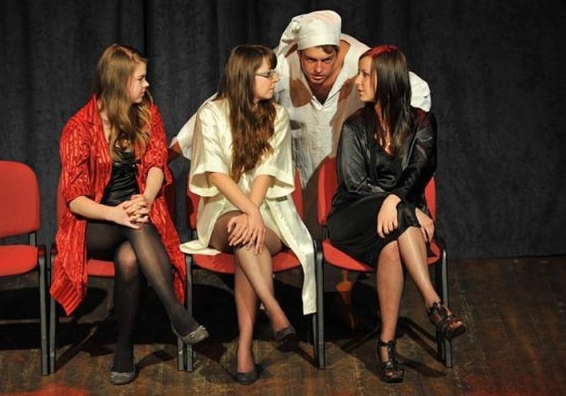 """""""Dziecieca wyliczanka"""" i """"Serenada"""" - oto dwie nowe sceniczne propozycje teatru Drama, dzialającego w Miejskim Domu Kultury w Oleśnie."""