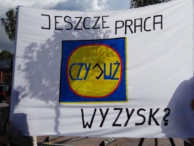 Pikieta przed poznańskim sklepem sieci Lidl we wrześniu 2013