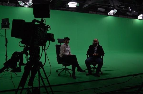 - Mamy największy greenbox (element studia z zielonym tłem) w Polsce - mówi Leszek Skocki (z prawej), dyrektor ds. IT Brainville z Ewą Plenkiewicz( z lewej), rzecznikiem  MM w studiu telewizyjnym