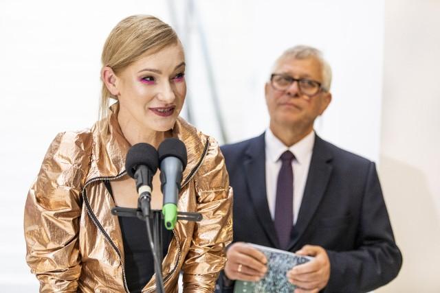 Edyta Jaworska-Kowalska dziękowała Elektrowni za możliwość wystawy urządzenia. Obok Włodzimierz Pujanek, dyrektor placówki.