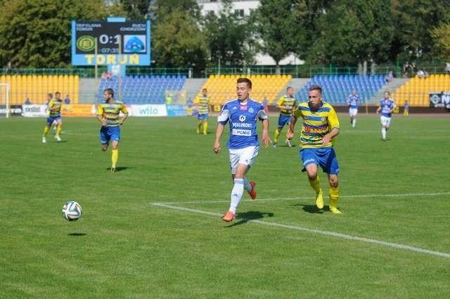 Piłkarze Ruchu Chorzów (z lewej Michał Szewczyk) w sobotę okazali się wyraźnie lepsi od torunian (z prawej Mateusz Parzyszek). Ekipa z T-Mobile Ekstraklasy wygrała w Toruniu 3:0