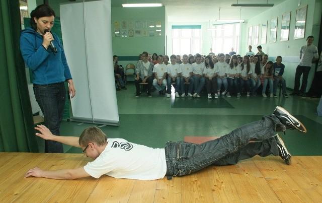 Niektórym trudno było wykonać ćwiczenia rozciągające. Fi-zjoterapeutka z pomocą uczniów zaprezentowała też kilka ćwiczeń zdrowych dla kręgosłupa