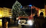 Świąteczny wóz strażacki na Starym Rynku w Chojnicach. Strażacy z OSP w Chojnicach przygotowali niespodziankę dla mieszkańców [zdjęcia]