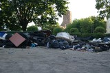 """Gubin. Góry śmieci w """"gniazdach"""" w mieście przygranicznym. Było tam wszystko. Gdzie segregacja? Skąd taki chaos przy śmietnikach?"""