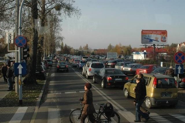Co roku 1 listopada w okolicach cmentarzy trzeba się liczyć z dużymi utrudnieniami w ruchu. Zobacz jak we Wszystkich Świętych dojechać na największe cmentarze w Poznaniu: MPK Poznań, komunikacja miejska, parkowanie, dojazd na cmentarze.