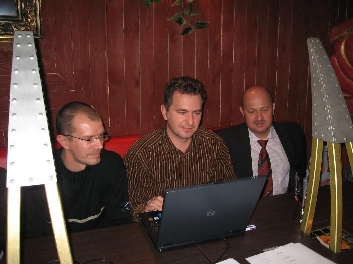 W trakcie ostatnich wyborów samorządowych Radosław Pobol (w środku) prowadził kampanię prezydenta Jana Zubowskiego. Teraz, po rozpadzie koalicji PiS - PO, cierpi w pracy.