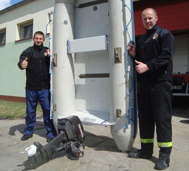 Bytomscy strażacy, na zdjęciu z motorówką z Niemiec, zrzekli się pieniędzy za udział w ratowaniu swojego miasta przed powodzią. W zamian dostali od burmistrza Jacka Sautera 25 ochronnych polarów.