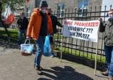 Bankrutujący armatorzy jednostek wędkarstwa rekreacyjnego z Pomorza przyjechali pod Urząd Morski w Gdyni. Mają ze sobą zdechłe dorsze