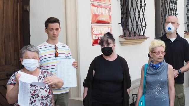 Grupa mieszkańców os. Andersa w Rzeszowie udała się w poniedziałek do prezydenta miasta z petycją przeciwko wycince drzew. Urzędnicy zapowiedzieli możliwość zmian w projekcie, któremu sprzeciwiają się mieszkańcy. Dzisiaj miało odbyć się kolejne spotkanie.