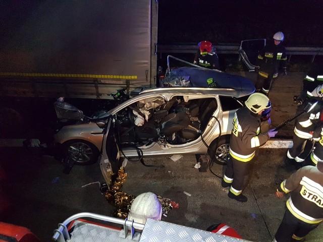Do wypadku na autostradzie A2 doszło w środę po godz. 16.30. Na 93. kilometrze autostrady w kierunku Świecka auto osobowe zderzyło się z tirem. Przejdź dalej i zobacz kolejne zdjęcia --->
