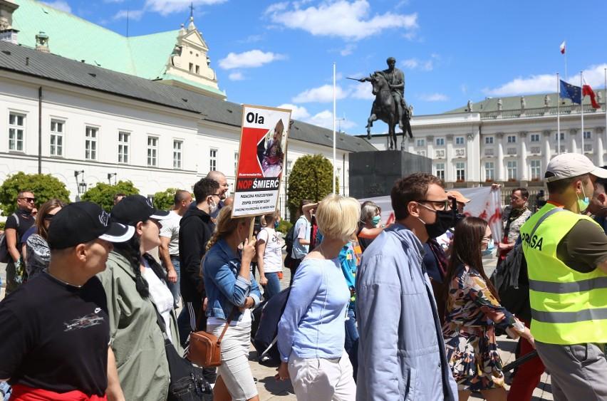 Protest antyszczepionkowców, Warszawa. Przeciwnicy obowiązku szczepień przeszli ulicami stolicy