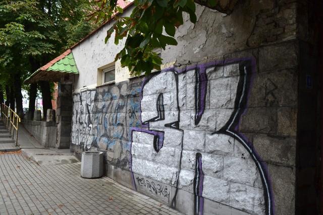 Tak obecnie wygląda szalet miejski przy ulicy Krakowskiej w Mysłowicach. Jest nieczynny od lat. Budynek jest szpetny. Zobacz kolejne zdjęcia. Przesuń w prawo - wciśnij strzałkę lub przycisk NASTĘPNE