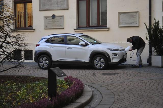 Podmioty rozwijające infrastrukturę dla samochodów elektrycznych w Polsce stają m.in. przed problemem zbyt długiego czasu oczekiwania na warunki przyłączenia ładowarek do sieci elektroenergetycznej.