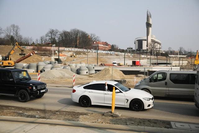 W związku z budową Trasy Łagiewnickiej w piątek (26 marca) wprowadzona została tymczasowa zmiana organizacji ruchu na ul. Zakopiańskiej. Przez okres około 2 tygodni inaczej niż dotąd prowadzony jest tam ruch na jezdniach w rejonie skrzyżowania z ul. Zbrojarzy.
