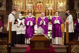 Pogrzeb arcybiskupa seniora Wojciecha Ziemby. Były metropolita białostocki i warmiński spoczął w krypcie bazyliki w Olsztynie [ZDJĘCIA]