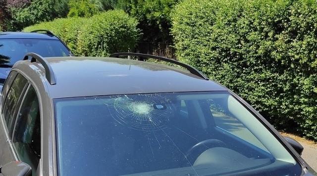 Zniszczony samochód na ul. Tapicerskiej