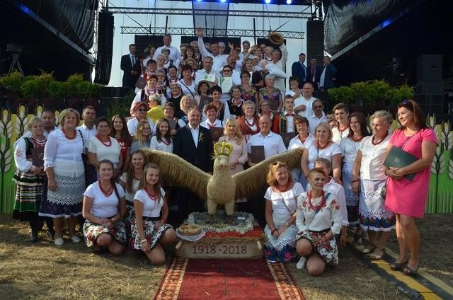 Orzeł w koronie z symboliką podkreślającą 100-lecie niepodległości wygrał w konkursie na najpiękniejszy wieniec dożynkowy podczas wojewódzkiego święta plonów w Radawcu