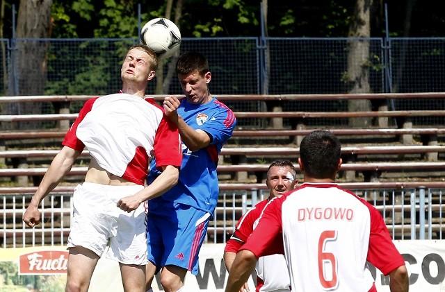 Rasel Dygowo (białe stroje) wygrał z Arkonią i zapewnił sobie awans do III ligi.