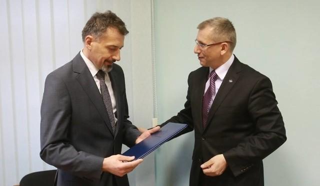 Jarosław Staniszewski, dyrektor szczecińskiej delegatury Najwyższej Izby Kontroli (po lewej)