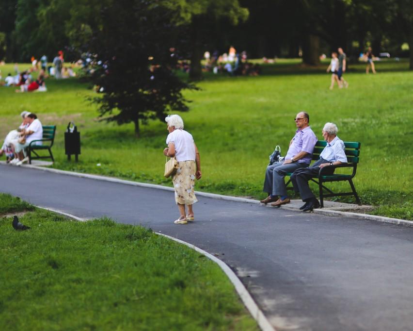 Większość seniorów w Polsce niebawem dostanie dodatkową...