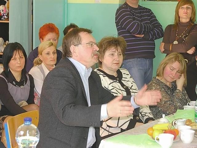 - Budowa nowej szkoły będzie korzystniejsza dla dzieci, niż przeprowadzka do starego budynku - przekonywał na poniedziałkowym spotkaniu Marek Paśnicki, rodzic jednego z uczniów