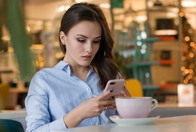 Z tych numerów telefonów korzystają oszuści. Sprawdźcie naszą listę! Telefon to cały czas narzędzie, które w rękach doświadczonego oszusta może doprowadzić, że uwierzy się w przedstawiana przez niego historię i straci się oszczędności życia. Dlatego trzeba być bardzo ostrożnym odbierając nieznane numery. Oto kolejne numery, które mogą być wykorzystywane do wyłudzeń.WIĘCEJ NA KOLEJNYCH STRONACH>>>