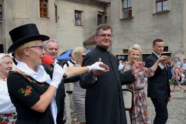Tuż po zakończeniu Sumy Odpustowej w czwartek 15 sierpnia proboszcz Władysław Tasior zaprosił gości festynu i mieszkańców Żagania do tańca chodzonego, który przerodził się w mały korowód na klasztornym placu przy największej w Żaganiu Parafii Wniebowzięcia Najświętszej Marii Panny. Mieszkańcy Żagania, których w tym momencie było już na placu kilkuset gromadzili się tam już od przedpołudnia, by skorzystać z licznych atrakcji. Na  miejscu były stoiska gastronomiczne i handlowye, była też okazja do zapoznania się z działalnością Koła Łowieckiego, zbadania ciśnienia, czy poziomu cukru we krwi. Atrakcją była też możliwość zwiedzenia słynnej biblioteki poaugustiańskiej i oczywiście loteria fantowa. Tuż po zakończeniu tanecznego korowodu rozpoczęły się występy artystyczne.Na parafialny festyn przyszły całe rodziny żaganian. Ci najmłodsi mieszkańcy mieli do dyspozycji chyba najwięcej atrakcji, od dmuchanych zjeżdżalni, przez stoiska artystyczno-zabawowe obsługiwane przez żagańską policję, straż miejską oraz pracowników centrum kultury. Kulminacyjnym punktem zabawy było rozstrzygnięcie charytatywnej loterii fantowej, w której w tym roku była rekordowa ilość cennych nagród.WIDEO: Biblioteka w Żaganiu