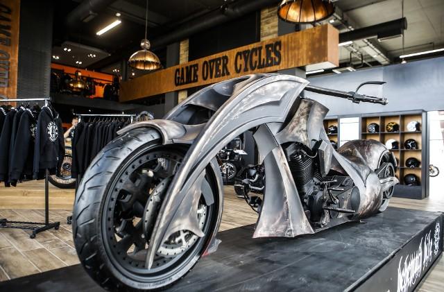 Game Over Cycles to producent motocykli typu custom. Dziś firma  organizuje oficjalne rozpoczęcie lata oraz dzień otwarty zarówno w warsztacie, jak i prowadzonych przez siebie salonach motocyklowych.Niewątpliwą atrakcją jest możliwość zobaczenia od środka warsztatu, w którym powstają znane na całym świecie motocykle. Najnowszą maszyną, która stąd wyjechała, jest motocykl Nowy-Jork Rzeszów. Inspiracją do stworzenia tego pojazdu była architektura obu miast. Jego premiera odbyła się w maju w Nowym Jorku.W programie też m.in. jazdy testowe najnowszymi motocyklami obydwu marek, grill, animator dla dzieci, loteria.