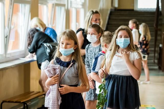 – Pomorskie szkoły przygotowują się do powrotu uczniów tak samo jak każdego roku, z dużą dbałością o to, aby szkoła i otoczenie były miejscem dla nich bezpiecznym – mówi Beata Wolak z Kuratorium Oświaty w Gdańsku