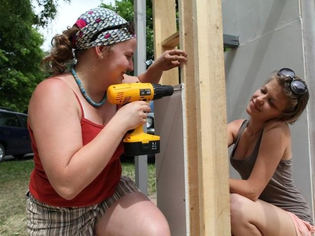 Studentki montują bramy przy wydziale architektury