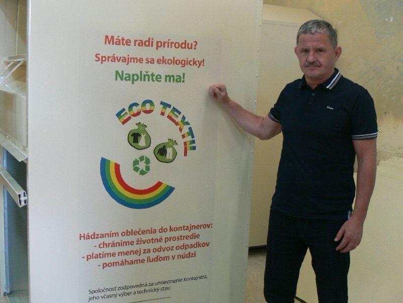 Zagraniczna ekspansja firmy ze Świętokrzyskiego!Leszek Wojteczek prezentuje jeden z pojemników na odzież Wtórpolu. Na Słowacji ustawiono ich już trzy tysiące.