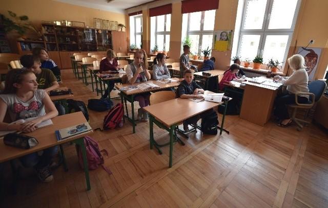 Uczniowie SP 111 jeszcze pilnie się uczą, poprawiają oceny, by jak najlepiej wypaść na koniec roku szkolnego.