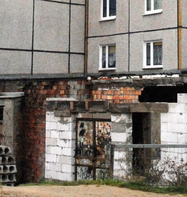 Rudera przy ul. Andersa należy do prywatnego właściciela, który cały czas przekonuje inspektora budowlanego, że coś... tu buduje