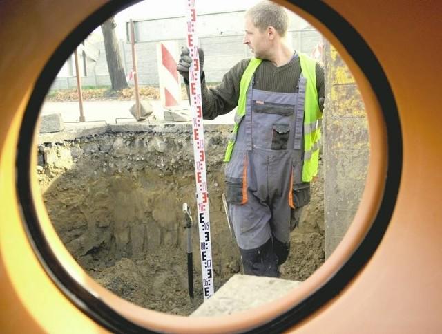Wojciech Kozielski z firmy Matuszczak podczas prac kanalizacyjnych w Krośnie Odrz.